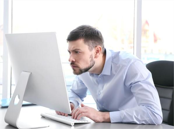 Má Postura trabalhar sentado computador escritório