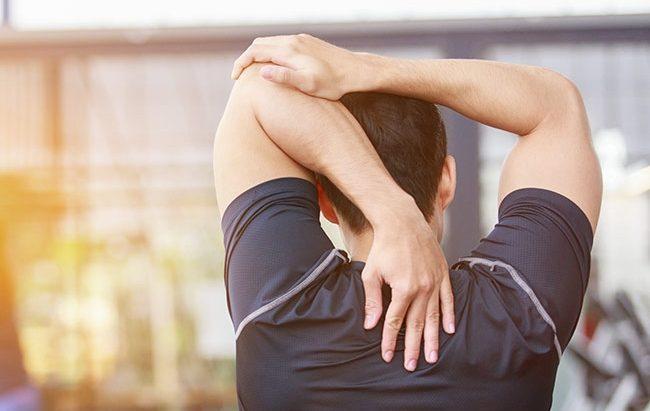 Imagem de homem fazendo alongamento de ombro